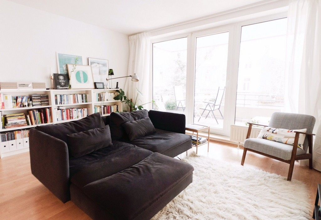 Ein Sofa Mitten Im Raum Kontroverses Thema Ist Das Wohnzimmer Dann throughout sizing 1823 X 1251