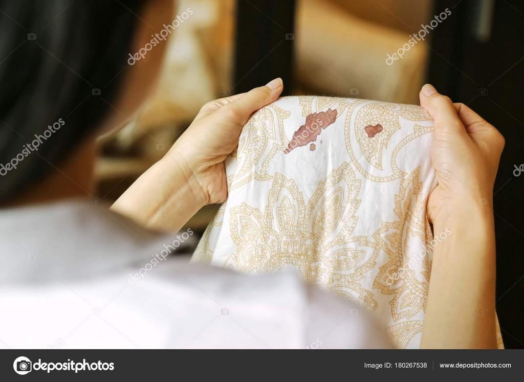 Frauen Halten Bettlaken Mit Periode Vor Ort Blutflecken Auf pertaining to measurements 1600 X 1167