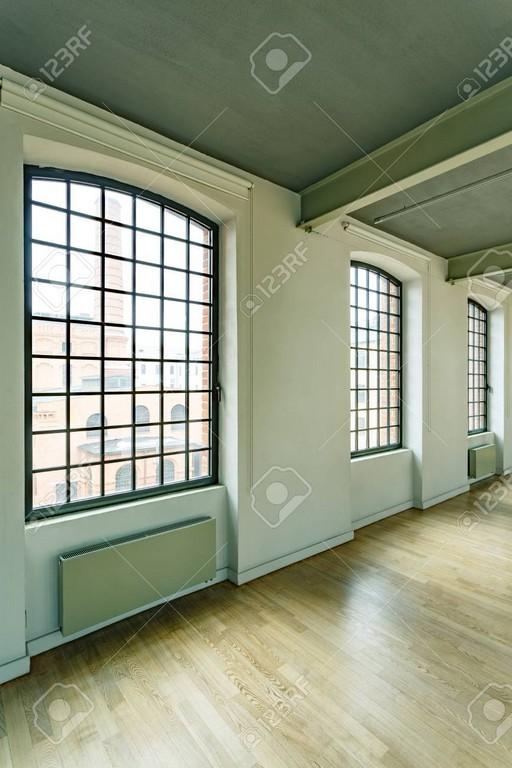 Groe Loft Fenster In Gerumigen Industrie Stil Fabrik Lizenzfreie pertaining to measurements 866 X 1300