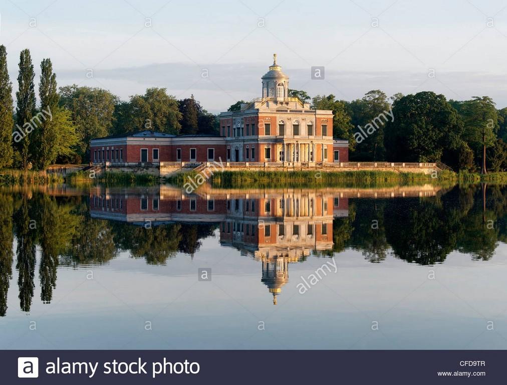 Heiliger See Zu Sehen Mit Marmor Palast Im Hintergrund Neuer intended for sizing 1300 X 987