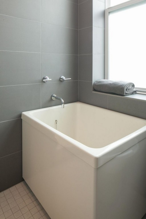 Kleine Ofuro Badewanne Frs Moderne Bad In Wei Und Grau Interior with regard to sizing 750 X 1125