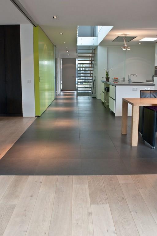 Naadloze Overgang Tegels Naar Houten Vloer Gerealiseerd Door throughout size 933 X 1400