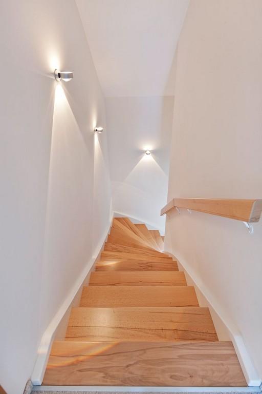 Natrliche Treppenstufen Mit Dezenter Beleuchtung Der Weien Wand within sizing 1067 X 1600