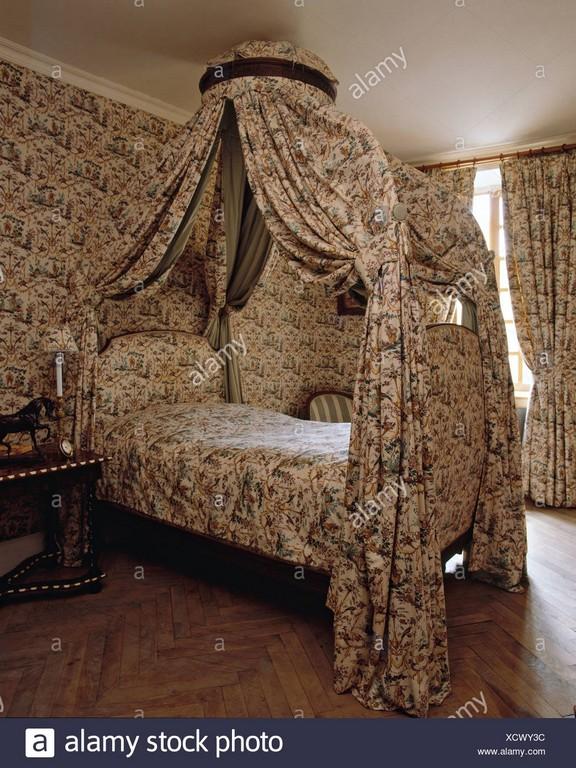 Schlafzimmereinrichtungen Bett Mit Toile De Jouy Drapiert Und In regarding dimensions 1043 X 1390