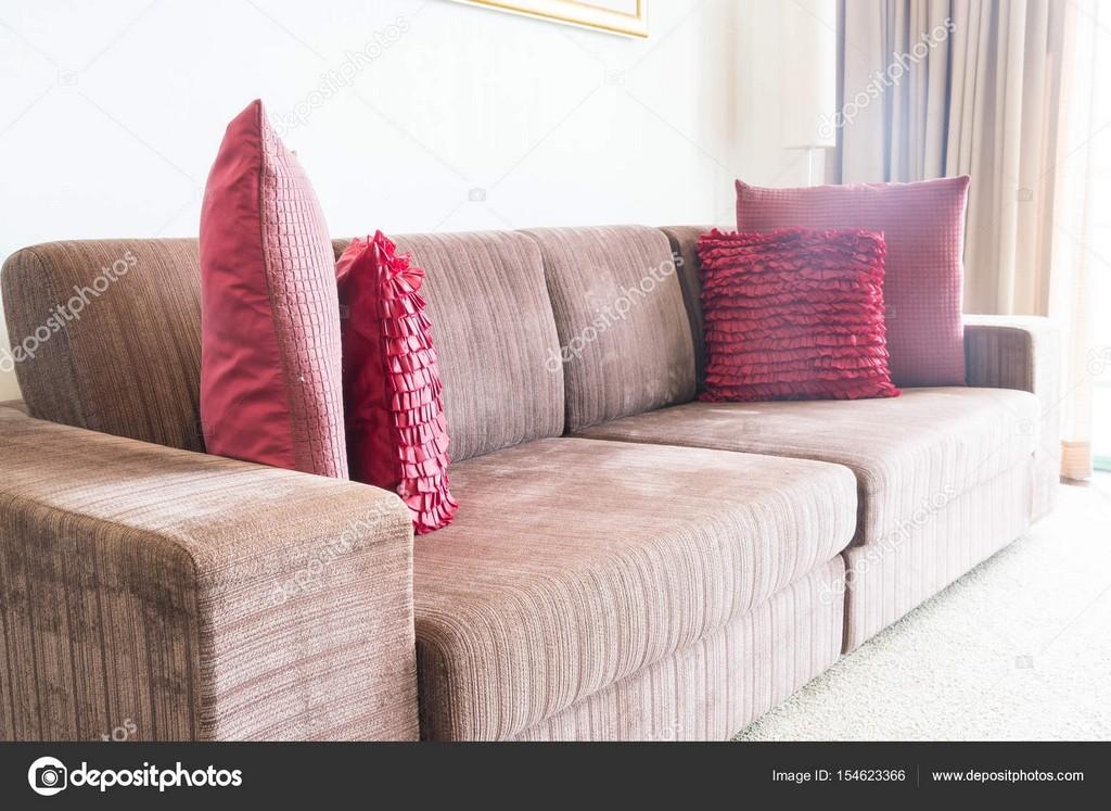 Schne Kissen Auf Sofa Dekoration Im Wohnzimmer Stockfoto Topntp pertaining to dimensions 1600 X 1167