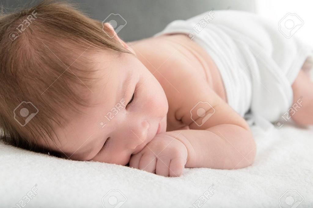 Ses Neugeborenes Ba Auf Warme Weie Decke Ruht Auf Der Hand with proportions 1300 X 866