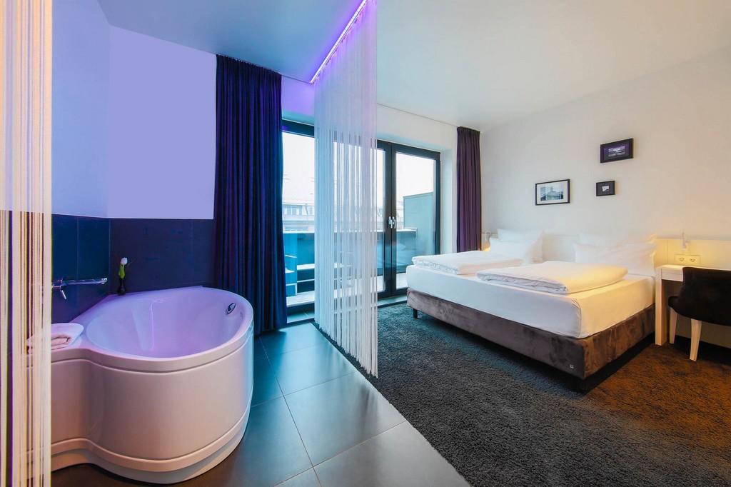 Urban Rooftop With Bathtub Im Lindemanns Lindemann Hotels Berlin inside proportions 2048 X 1365
