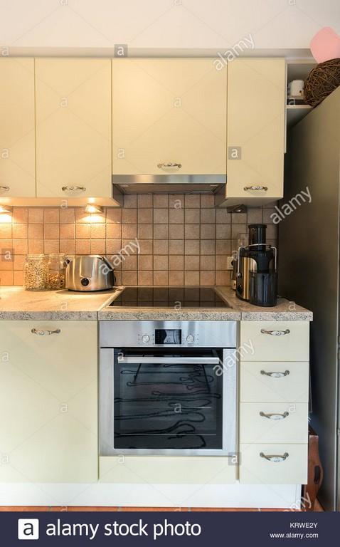 Eine Moderne Kche Mit Laminat Schrnke Vitrinen Toaster Herd Und inside measurements 866 X 1390
