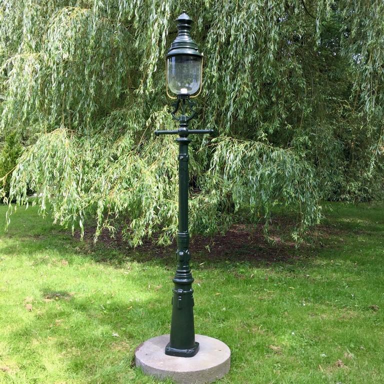 Groe Hoflampe Als Antike Gartenleuchte Fr Den Park within size 1000 X 1000