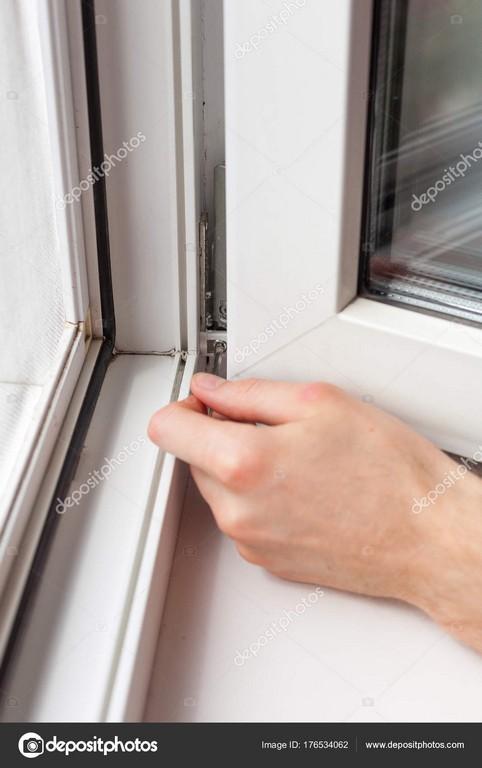Handwerker Repariert Kunststoff Fenster Mit Einem Sechseck Workman in dimensions 1067 X 1700