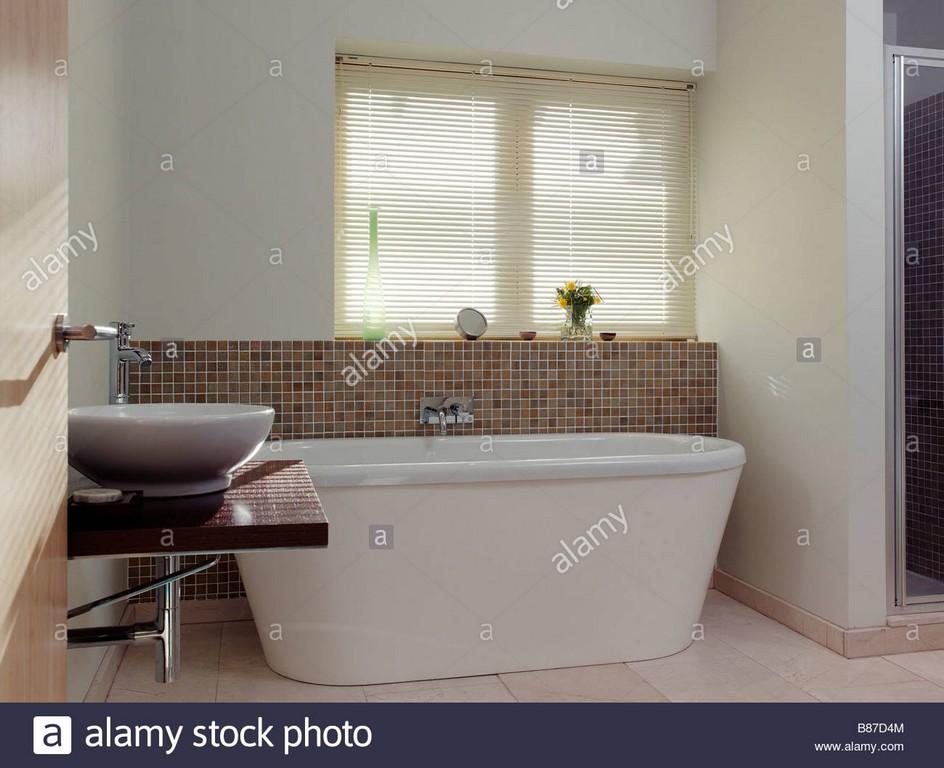 Neutrale Badezimmer Mit Stand Alone Badewanne Und Waschbecken regarding sizing 1300 X 1058