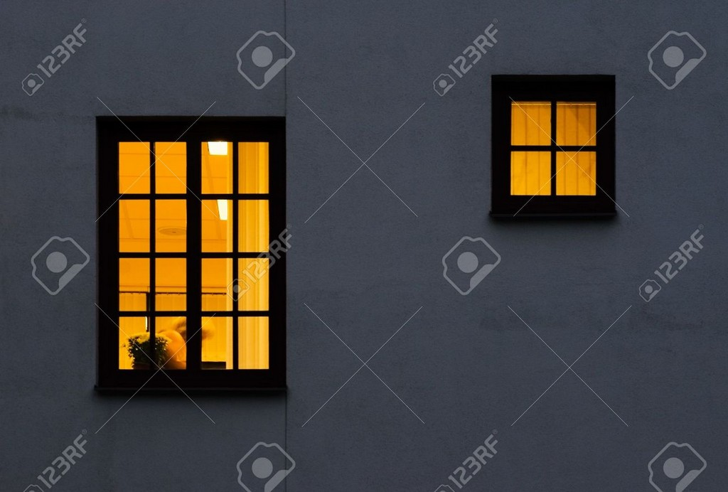 Sehen Sie Durch Ein Fenster Von Auen Nach Innen Beleuchteter Einem in size 1300 X 878