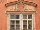 Gebude Mit Blumenschmuck Und Fenster Prag Tschechische Republik intended for proportions 1023 X 877